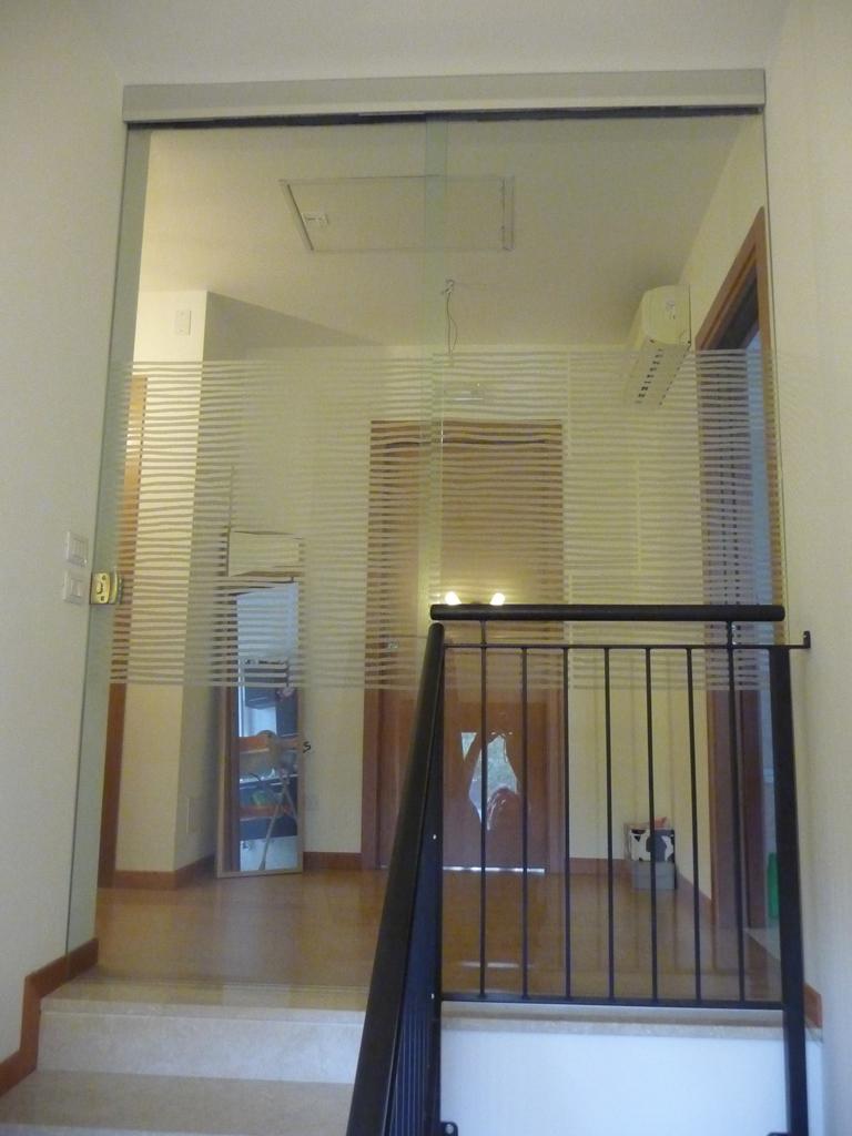 Con parte fissa porte di vetro vetrate artistiche for Chiusura vano scala interno