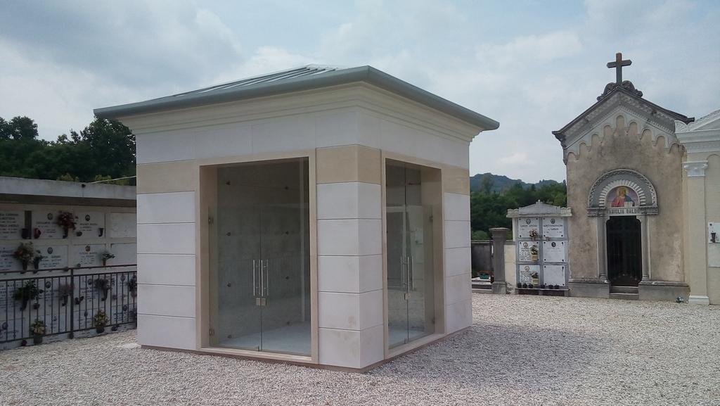 Cappelle funerarie porte di vetro vetrate artistiche for Porte in vetro per cappelle cimiteriali